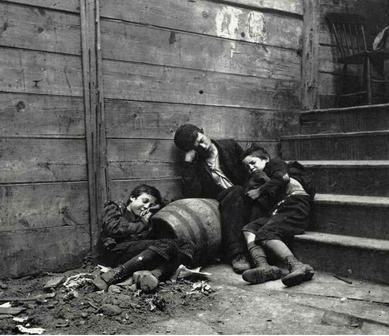 Jacob Riis - niños durmiendo en la calle